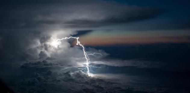 Blitz in Wolke